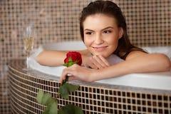 De mooie Vrouw in bad met nam toe De voet van de vrouw in het water royalty-vrije stock afbeeldingen