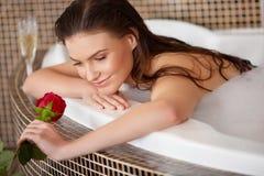 De mooie Vrouw in bad met nam toe De voet van de vrouw in het water royalty-vrije stock foto's