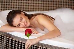 De mooie Vrouw in bad met nam toe De voet van de vrouw in het water royalty-vrije stock foto