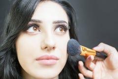 De mooie vrouw bij schoonheidssalon ontvangt make-up Royalty-vrije Stock Afbeelding