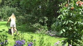 De mooie vrouw in borrels en de bustehouder besteden vrije tijd het modelleren tuin 4K stock footage