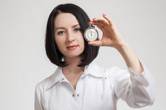 De mooie vrouw de arts met een chronometer Royalty-vrije Stock Fotografie
