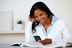 De mooie vrouw die van Prettty met cellphone glimlacht Stock Afbeelding