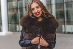 De mooie vrouw draagt donkere bontjas Royalty-vrije Stock Foto