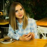 De mooie vrouw drinkt koffie en leest het ochtendnieuws Royalty-vrije Stock Fotografie