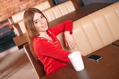 De mooie vrouw drinkt thee in koffie. Royalty-vrije Stock Foto