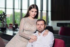 De mooie vrouw in een avondjurk houdt een man in een wit overhemd stock afbeelding