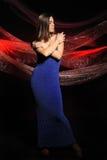 De mooie vrouw in een donkerblauwe kleding Stock Afbeelding