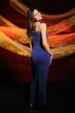 De mooie vrouw in een donkerblauwe kleding Royalty-vrije Stock Foto