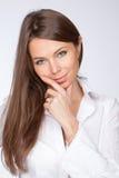 De mooie vrouw in een wit overhemd Stock Afbeelding