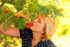 De mooie vrouw eet ashberry Royalty-vrije Stock Afbeeldingen