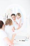 De mooie vrouw en het grappige dochter van toepassing zijn maken omhoog stock afbeelding