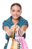 De mooie vrouw gaf zakken voor het winkelen Stock Foto's