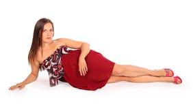 De mooie vrouw gekleed in pareo ligt in studio Royalty-vrije Stock Foto's