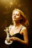 De mooie vrouw geniet van gouden licht royalty-vrije stock afbeeldingen