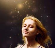 De mooie vrouw geniet van gouden licht royalty-vrije stock foto