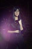 De mooie vrouw in Gotische stijl in het bos Stock Fotografie