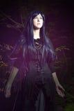 De mooie vrouw in Gotische stijl in het bos Royalty-vrije Stock Afbeeldingen