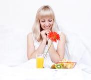De mooie vrouw heeft een ontbijt stock foto's