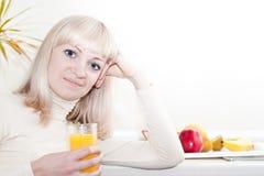 De mooie vrouw heeft een ontbijt royalty-vrije stock afbeeldingen
