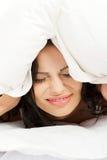 De mooie vrouw heeft slapeloosheidsprobleem Stock Afbeelding