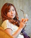 De mooie vrouw het drinken thee van de ijsmelk Stock Afbeelding