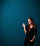 De mooie vrouw het roken ruimte van het sigaret vith exemplaar Royalty-vrije Stock Foto