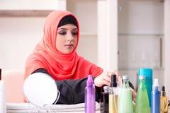 De mooie vrouw in hijab die samenstelling toepassen royalty-vrije stock afbeelding