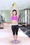 De mooie vrouw houdt domoor bij gymnastiek Stock Afbeeldingen