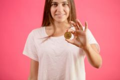 De mooie vrouw houdt gouden muntstuk Het wijfje heeft foung ongebruikelijk muntstuk Royalty-vrije Stock Afbeeldingen
