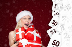 De mooie vrouw in Kerstmis GLB houdt een reeks van van verkoop voorstelt Stock Fotografie