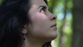 De mooie vrouw kijkt in openlucht naar boven gaand, eenheid met aard, oneness schoonheid stock videobeelden