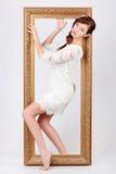 De mooie vrouw in kleding komt uit frame Stock Foto's