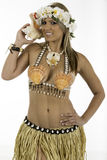 De mooie vrouw kleedde zich in Hawaiiaans kostuum Royalty-vrije Stock Fotografie