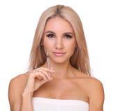 De mooie vrouw krijgt een injectie in haar lippen stock foto