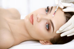 De mooie Vrouw krijgt Injectie in Haar Gezicht. Kosmetische Chirurgie stock foto's