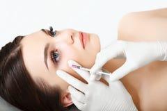 De mooie Vrouw krijgt Injectie in Haar Gezicht. Kosmetische Chirurgie stock fotografie