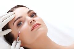 De mooie vrouw krijgt injecties cosmetology Het Gezicht van de schoonheid Stock Foto