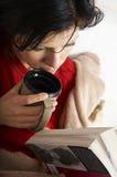 De mooie vrouw leest een boek Stock Afbeeldingen