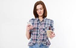 De mooie vrouw leest iets op haar die apparaat op witte achtergrond wordt geïsoleerd royalty-vrije stock foto's