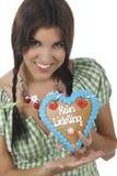 De mooie vrouw met dirndl en gingerbred hart Royalty-vrije Stock Foto's