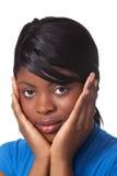 De mooie vrouw met gezicht vormde in handen tot een kom Stock Fotografie