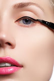 De mooie vrouw met helder maakt omhoog oog met sexy zwarte voeringsmake-up De vorm van de manierpijl Elegante avondsamenstelling  Stock Foto