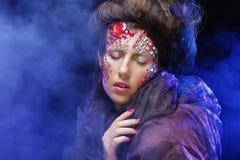 De mooie vrouw met heldere creatief maakt omhoog Stock Fotografie