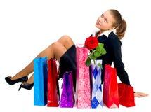 De mooie vrouw met het winkelen doet a in zakken Royalty-vrije Stock Afbeelding