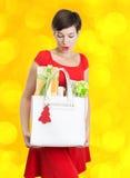 De mooie Vrouw met Kerstmis stelt voor Stock Afbeelding
