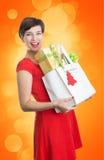 De mooie Vrouw met Kerstmis stelt voor Royalty-vrije Stock Afbeeldingen
