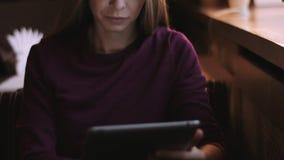 De mooie vrouw met lang haar gebruikt gadget stock footage