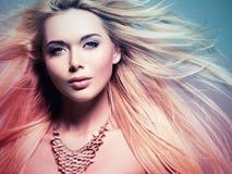 De mooie vrouw met lang wit haar in het kleuren colorize stijl Stock Fotografie