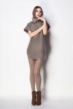 De mooie vrouw met lange sexy benen kleedde het elegante stellen Royalty-vrije Stock Afbeeldingen